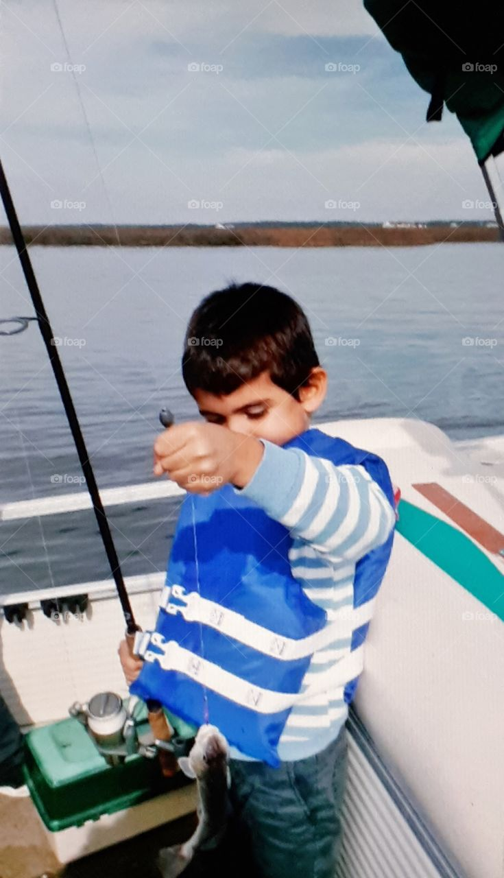 Children's fishing and rest with children_The boy was fiddling with fich