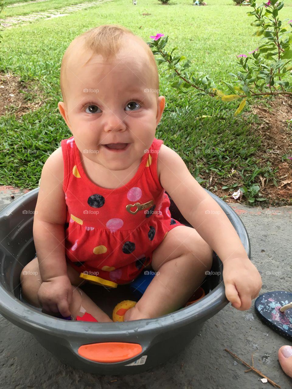 Minha linda filha Maria Estela (a Estrelinha da minha vida) e sua bacia refrescante! Divertir é preciso... ❤️