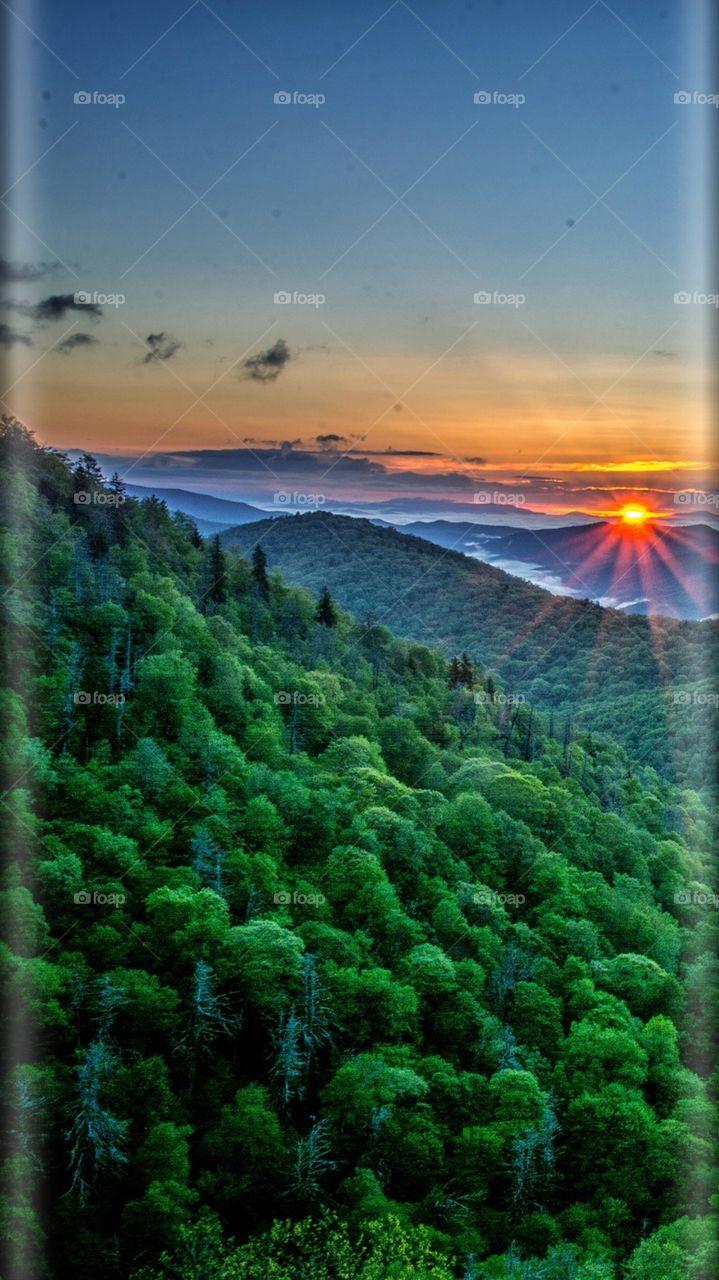 Pôr do sol é o momento em que o Sol se oculta no horizonte na direção oeste, sendo o início da noite. Pode ser considerado como um processo inverso do nascer do Sol, que é quando o sol aparece no horizonte na direção leste, iniciando o dia.