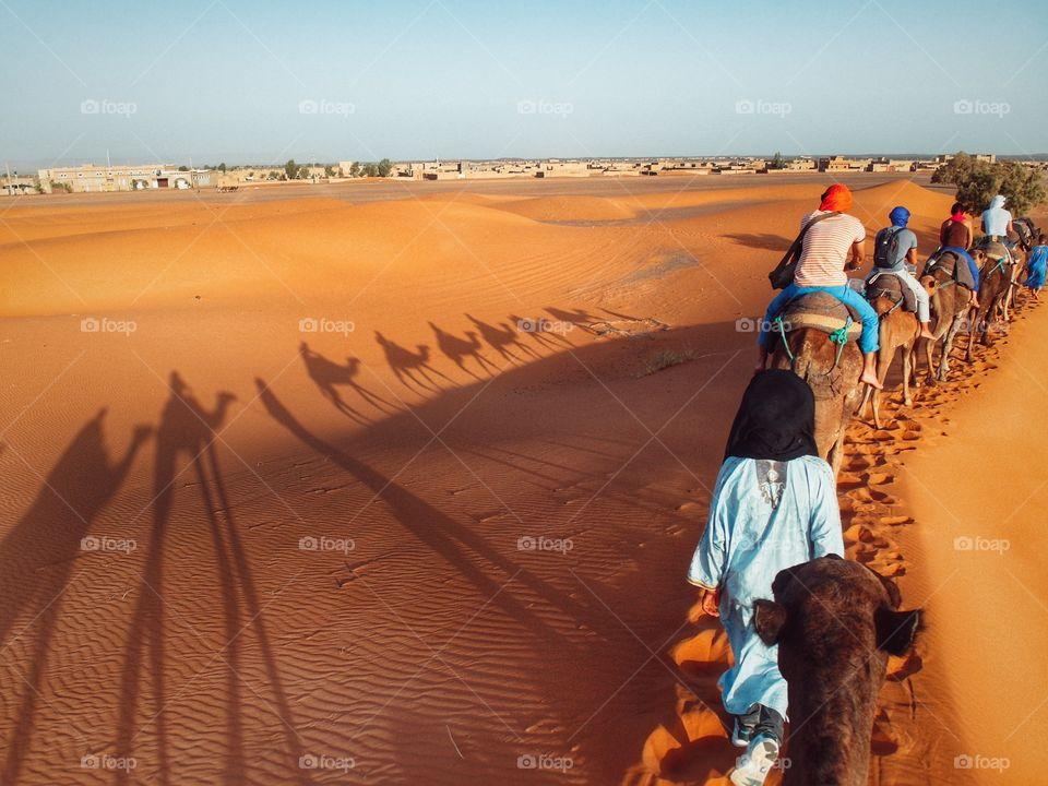 Travelers. Photo taken in Erg Chebbi, Merzouga (Morocco)