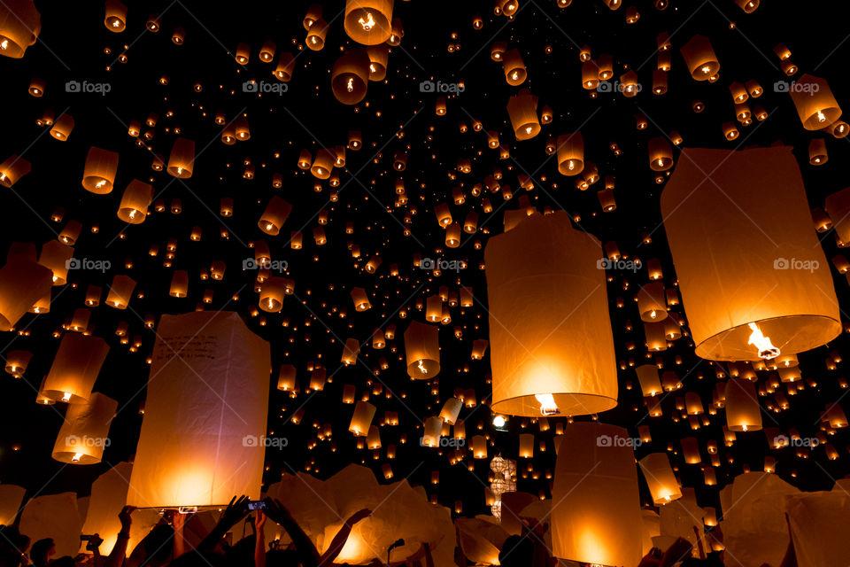 Crowd releasing lanterns into sky