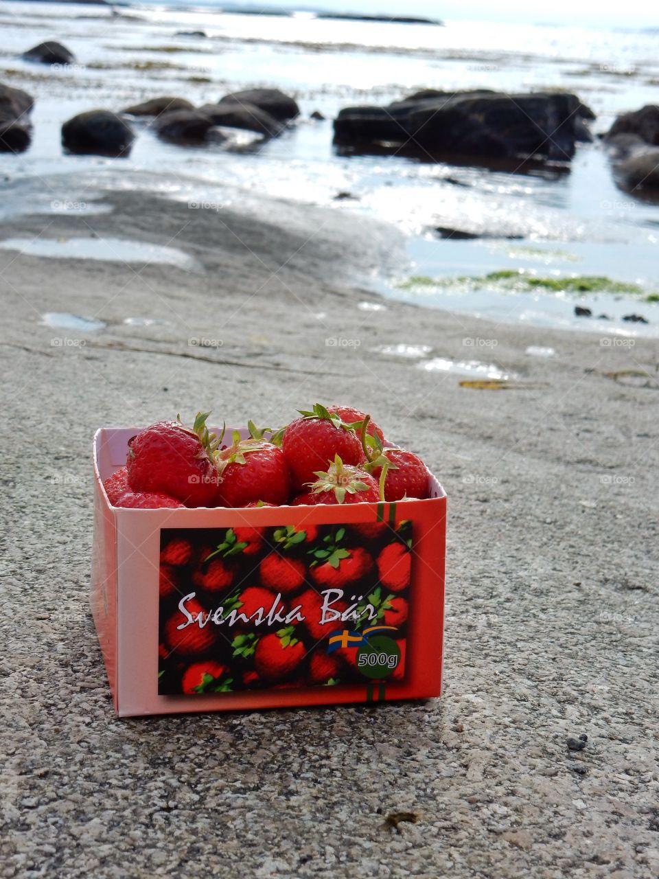 Svenska jordgubbar. Svenska jordgubbar på stranden i Rossö