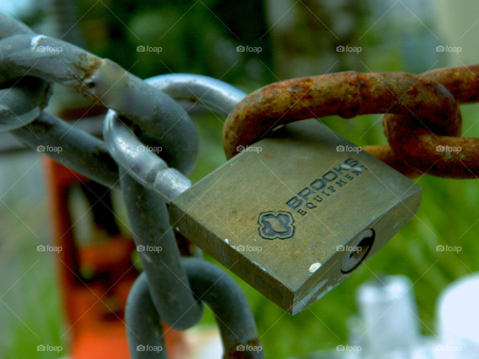 Old versus new! A key lock is the barrier between the new and the old chain! Each is bonded together!